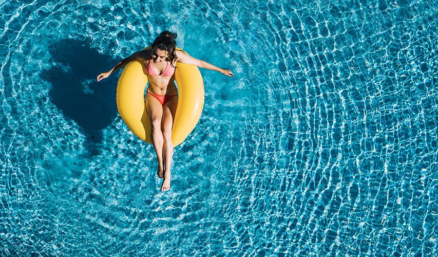 descansando-piscina